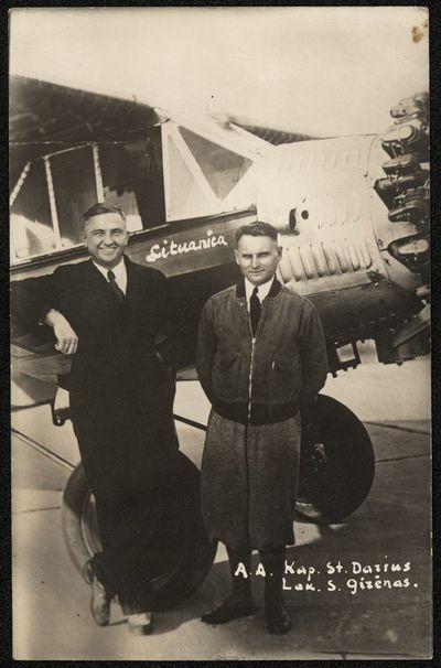 S. Darius ir S. Girėnas prie lėktuvo