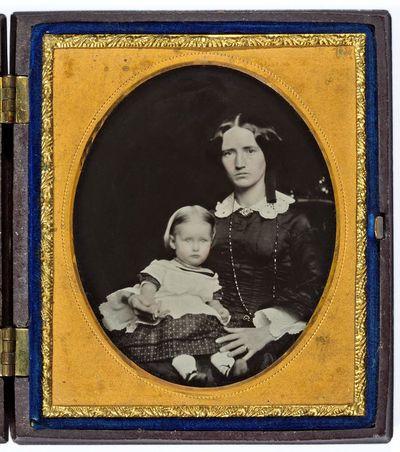 Nežinomos moters su mažamete mergaite portretas fotoateljė