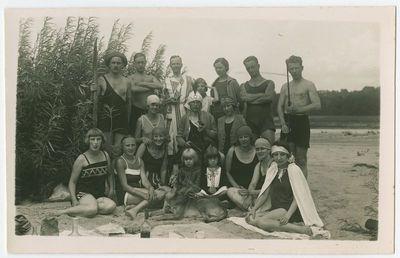 Iškylaujančių žmonių grupė paplūdimyje