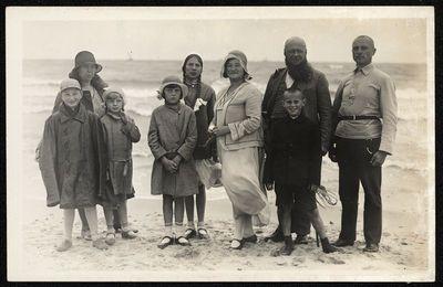 Žmonių grupė prie jūros