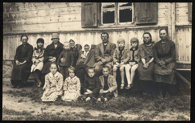 Žmonių grupė prie namo