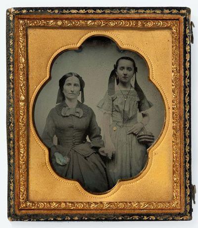 Nežinomų moters ir mergaitės portretas fotoateljė