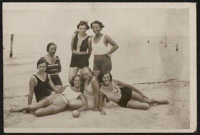 Moterų grupė paplūdimyje prie jūros