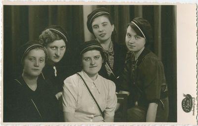 Studenčių skaučių draugovės (SSD) 1938 m. Valdyba fotoateljė