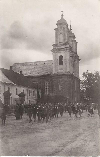 Žmonių minia Dotnuvoje eina iš bažnyčios į aikštę