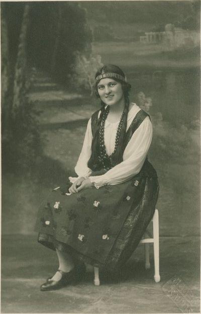 Albinos Jonaitytės portretas tautiniais drabužiais