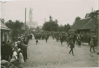 Paradas Panevėžyje žygiuoja iš katedros į Vytauto (dab. Nepriklausomybės) aikštę