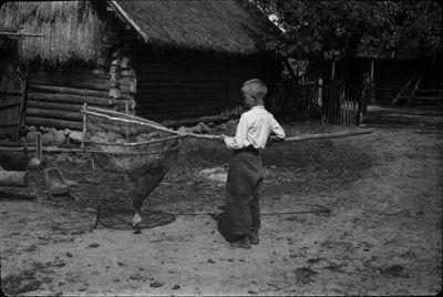 Vaikas su samčiu žuvims gaudyti