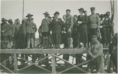 Lietuvos skautų sąskrydžio dalyviai ant pakylos pajūryje