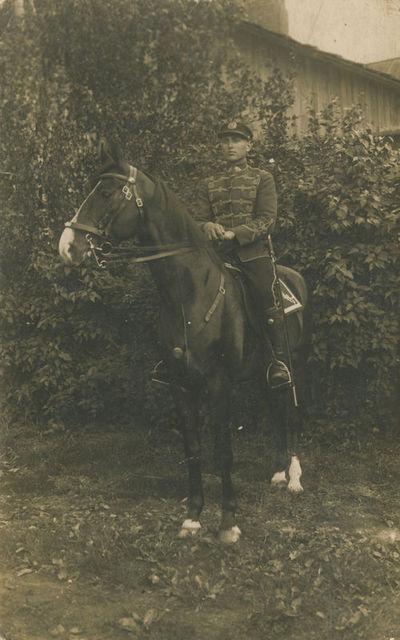 Husaras K. Lašas ant žirgo