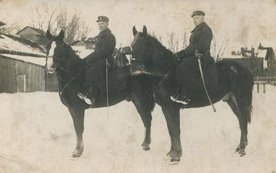 Du husarai ant žirgų