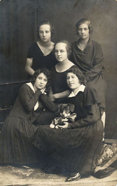 Grupė merginų su šuniuku fotoateljė