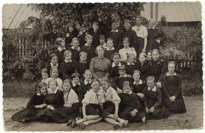 Marijampolės Rygiškių Jono gimnazijos moksleivės su auklėtoja 1936 m.