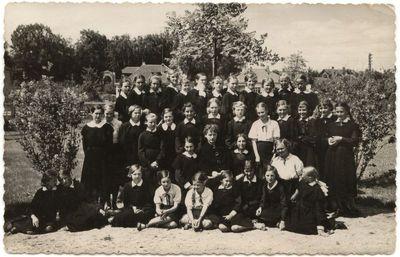 Marijampolės Rygiškių Jono mergaičių gimnazijos III a. klasė 1937 m.