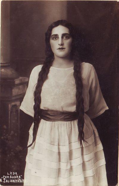 Elena Žalinkevičaitė - Romutė Juozo Tarvydo pjesėje Per audrą