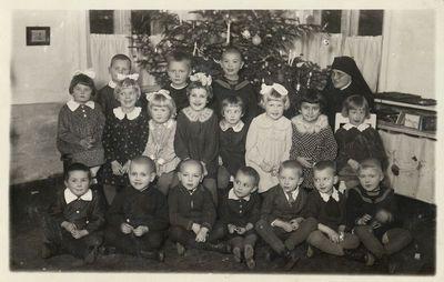 Grupė darželinukų prie eglutės Alytaus vaikų darželyje