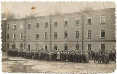 Marijampolės kareivinių kieme  XX a. 4 dešmt.
