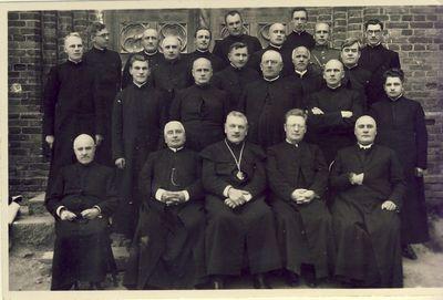 Kunigai prie Kupiškio bažnyčios