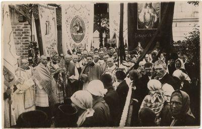 Religinės iškilmės Šv. arkangelo Mykolo  Mažosios bazilikos šventoriuje. Apie 1935 m.