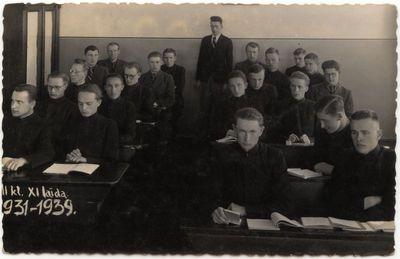Marijampolės Marijonų gimnazijos moksleiviai pamokos metu. XX a. 4 dešimt.