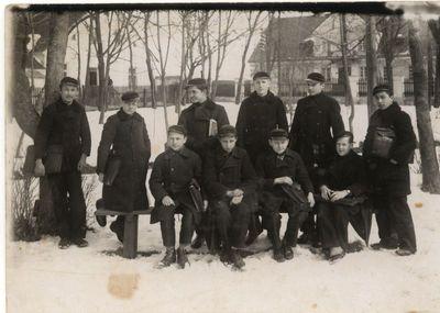 Gimnazistai Rygiškių Jono gimnazijos kieme. Apie 1934 m.