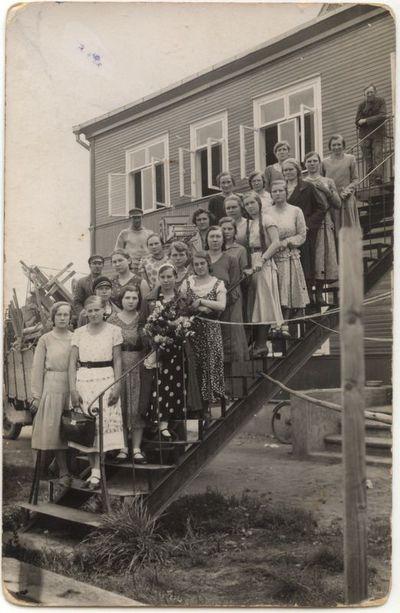 """Prie  Marijampolės II-pradžios mokyklos  """"Žaliukės"""" pastato. Apie 1927 m."""