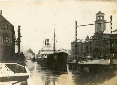 Klaipėda. Dangės upe plaukiantys laivai pro pasuktą Biržos tiltą