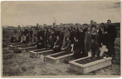 Lietuvaitės prie karių kapų  Marijampolėje 1932 m.