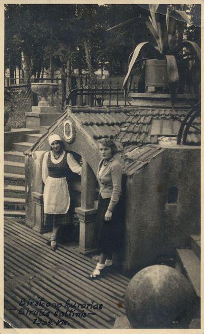 Stasė Jurgelionytė su drauge Birštone, prie Birutės šaltinio
