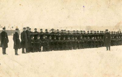 Lietuvos kariuomenės 2-ojo pėstininkų pulko kariai Kauno Šančių kareivinių aikštėje pratybų metu