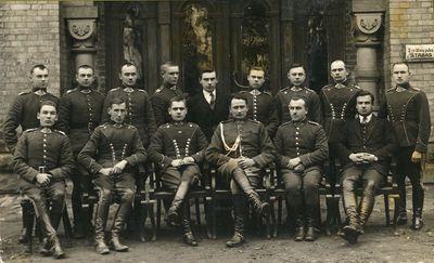 Didžiosios kunigaikštienės Birutės 2-ojo ulonų pulko kariškiai prie štabo
