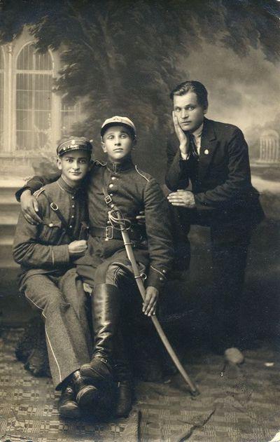 Trys vyriškiai fotoateljė