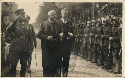 Stasys Raštikis ir Vladas Mironas sveikina garbės kuopą prie Prezidentūros