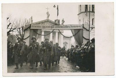 LDK Gedimino pirmojo pėstininkų pulko kariai  įžengė į Vilnių