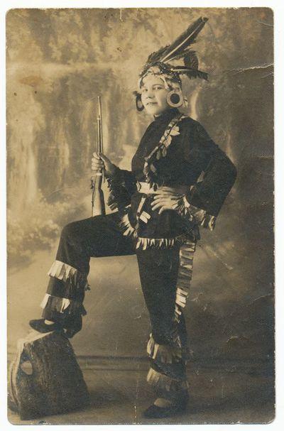 Elytė Giedraitienė apsirengusi karnavaliniais drabužiais