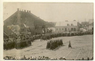 Nepriklausomos Lietuvos kariuomenės kariuomenės karių paradas Alytuje