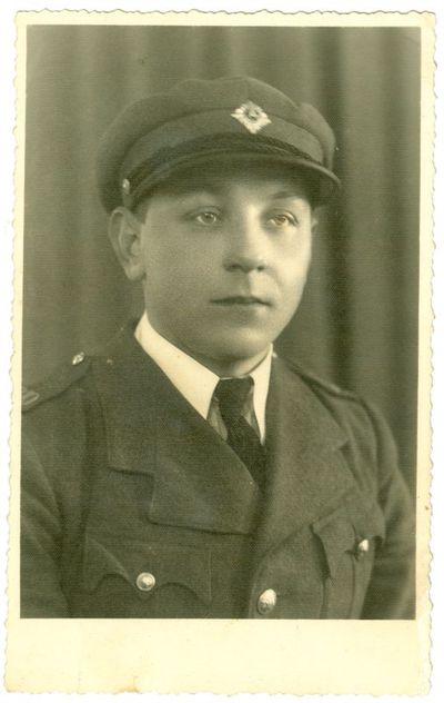 Vyras apsirengęs kalėjimo prižiūrėtojo uniforma