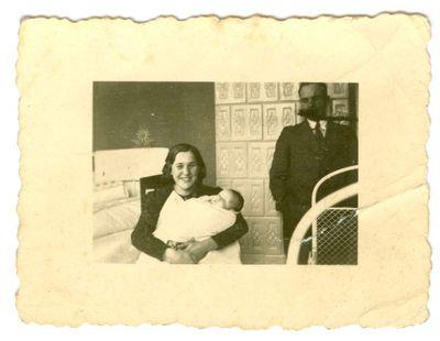 Kazė Daugirdaitė-Trakimienė ant rankų laiko sūnų Algirdą, šalia stovi Steponas Trakimas