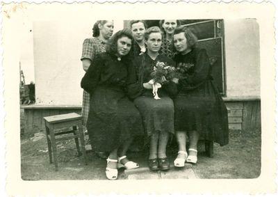 Tremtinė Aldona Sabaitytė savo vestuvių dieną su draugėmis