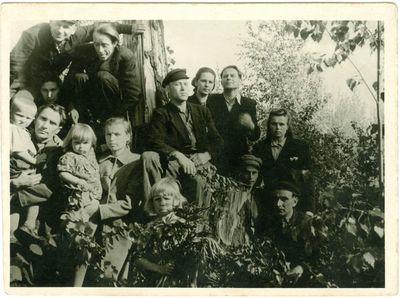 Tremtinė Onutė Leonavičienė su vaikais.