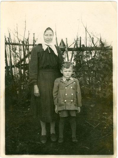 Politinės kalinės Marijos Mačionytės mama su sesers sūnumi