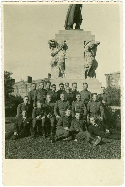 Tarpukario nepriklausomos Lietuvos Karo mokyklos karininkai prie Vytauto Didžiojo paminklo