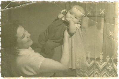 Politinė kalinė Bronė Gedvilaitė (Bekerienė) su sūnumi ant rankų. Vorkuta.