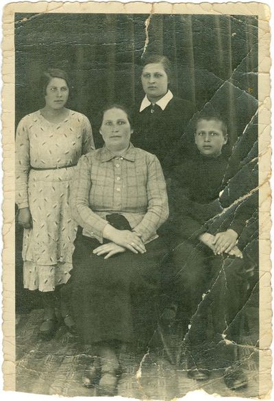 Tremtinės Jadvygos Zaikauskaitės (Plisauskienės) šeima prieš išvežant į tremtį