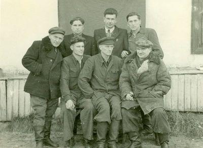 Grupė tremtinių Vorkutoje, prie gyvenamojo namo sienos