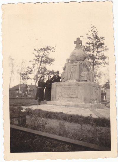 Prie ateitininkų paminklo Marijampolėje 1930 m.