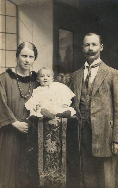 Neverauskų šeimos portretas