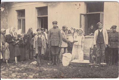 Dalijamas maistas nukentėjusiems karo metu. 1919 m. Prienai