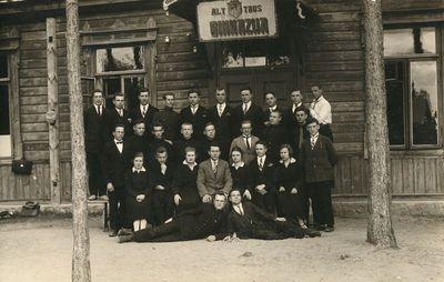 Alytaus valstybinės gimnazijos gimnazistai su klasės auklėtoju K. Rudziku