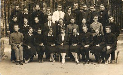Alytaus gimnazijos III a klasės mokiniai su mokytoja